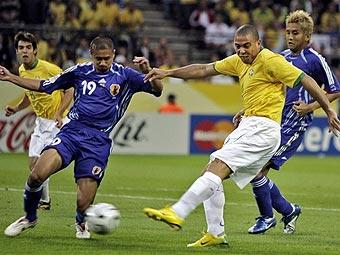 Бразильский форвард роналдо справа